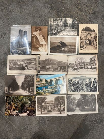 Une boîte de cartes postales de France. Environ...