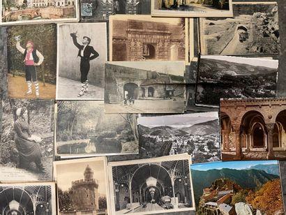 Une boîte de cartes postales des Pyrénées-Orientales...