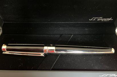 S.T. DUPONT  Stylo plume en métal argenté...