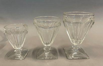 Deux parties de services de verres (trois...