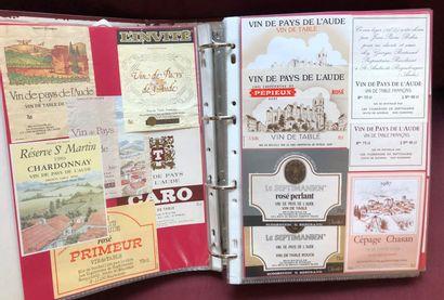 2 albums d'environ 2000 étiquettes de vin...