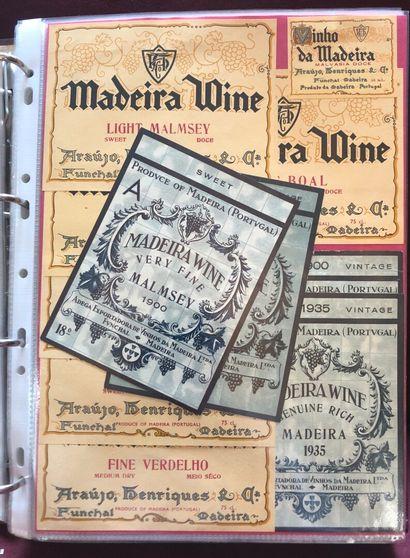 2 albums d'environ 600 étiquettes de vin...