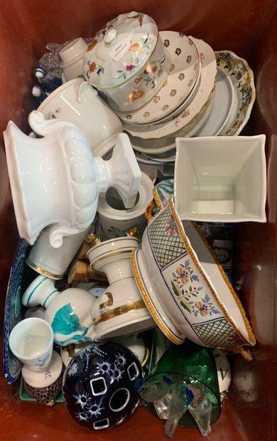 Lot de porcelaines et de faïences diverses,...