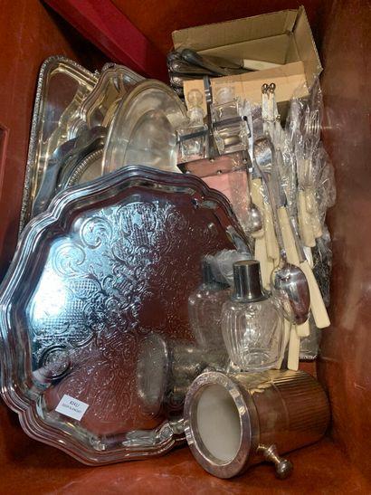 Lot de divers objets en métal argenté ainsi...