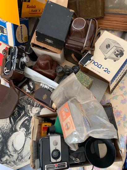 Lot d'appareils photos et objets dvers....