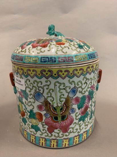Pot couvert en porcelaine à décor de papillons....