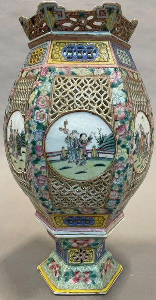 Lanterne hexagonale en porcelaine émaillée...
