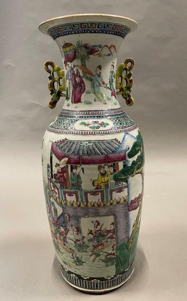 Important vase balustre en porcelaine à décor...