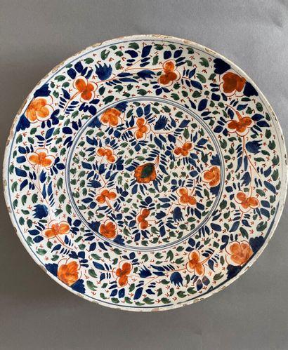 Delft, XVIIIème siècle  Trois plats en faïence,...