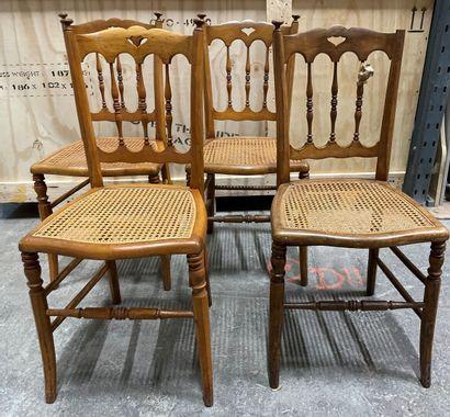 Suite de cinq chaises cannées à colonnettes...