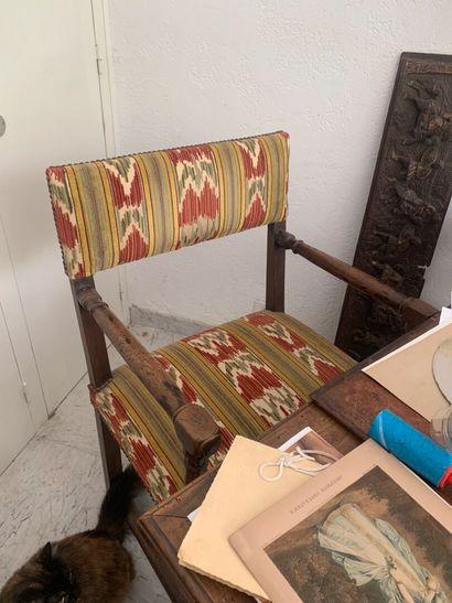 Chaise à bras en bois naturel patiné.  Epoque...
