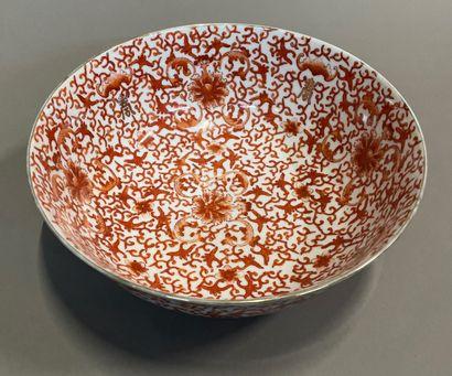 Bol en porcelaine à décor de corail et caractères...