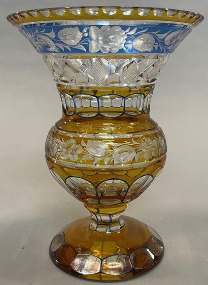 Vase en verre taillé doublé jaune et bleu,...