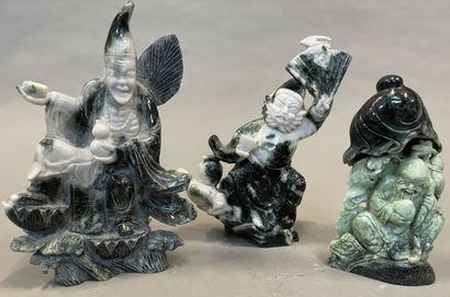 Trois divinités en pierre dure H. : 28 cm...