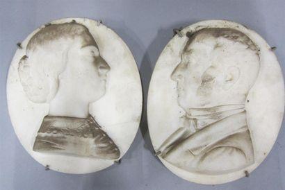 Paire de médaillons ovales en albâtre sculpté...