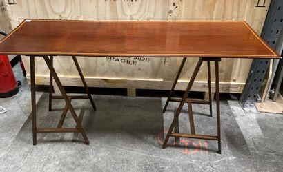 Table sur tréteaux en acajou marqueté d'un...