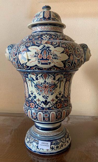 Important vase en faïence de forme balustre...