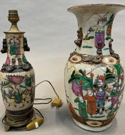 CANTON  Vase en porcelaine à décor de guerriers...