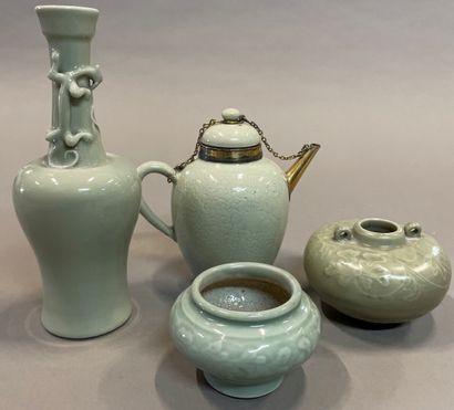 Trois vases et une théière en porcelaine...