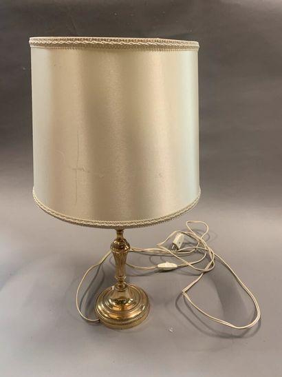 Flambeau en métal argenté.  Style Louis XVI....