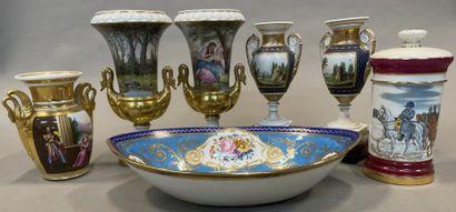 Lot de porcelaine :  Une paire de vases à...