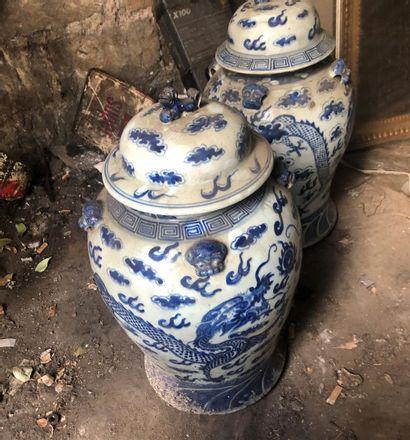 Chine -Paire de vases couverts en porcelaine...