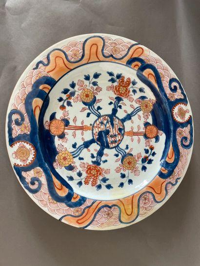 Grand plat en porcelaine Imari à décor de...