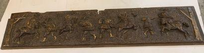 Large panneau de bois patiné sculpté en bas-relief...