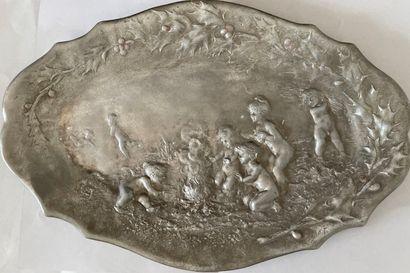 Jules JOUANT (1863-1921)  Plat ovale en métal...