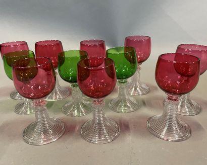 Onze verres Roemer le pied en verre blanc...