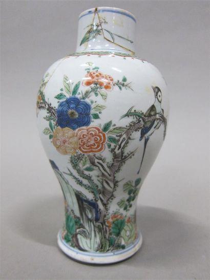 Chine, Vase balustre en porcelaine à décor...