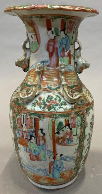 Un vase en porcelaine de canton à décor de...