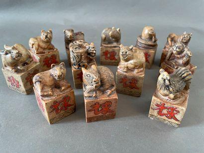 Ensemble de 12 cachets en pierre dure sculptés...