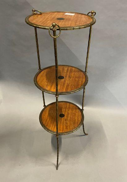 Porte-assiettes à monture en bronze doré...