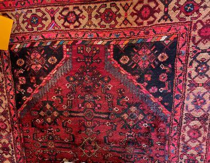 Deux tapis en laine, l'un à décor géométrique...