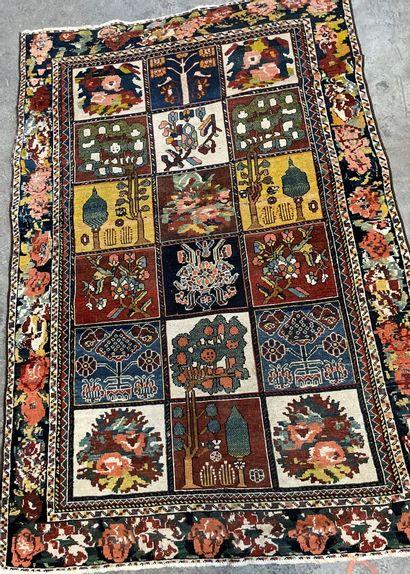 Petit tapis persan, en laine, le champ à...