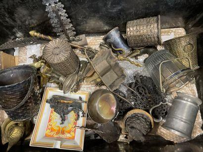 Caisse de bibelots, métal argenté et div...
