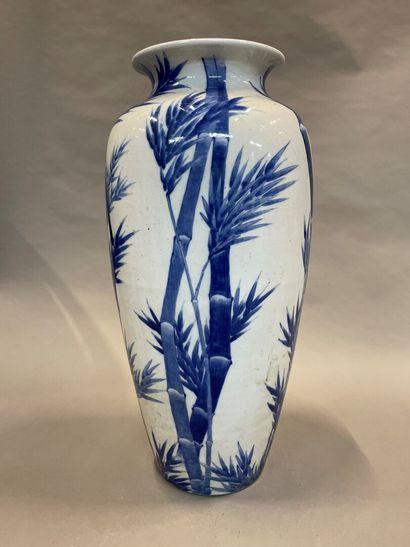 Grand vase en porcelaine du Japon à décor...