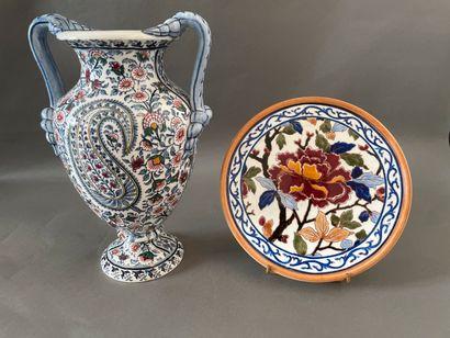 GIEN  -Vase en faïence à deux anses décor...