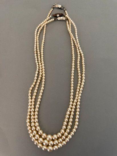 Trois colliers en perles de culture.  On...