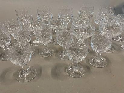 Petite partie de verres à pied en cristal...