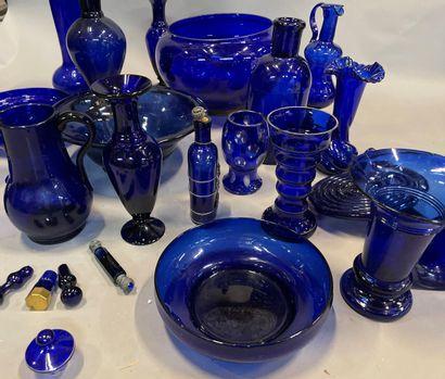 Importante collection de vases, bouteilles,...
