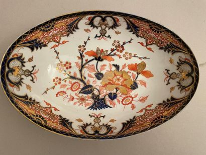 Plat ovale en porcelaine à décor de fleurs...