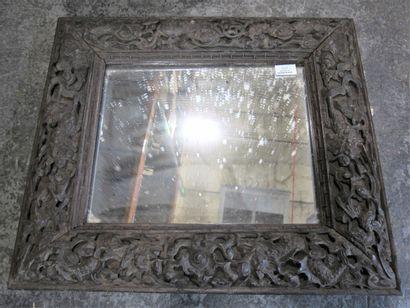 Miroir, le cadre en bois exotique sculpté...