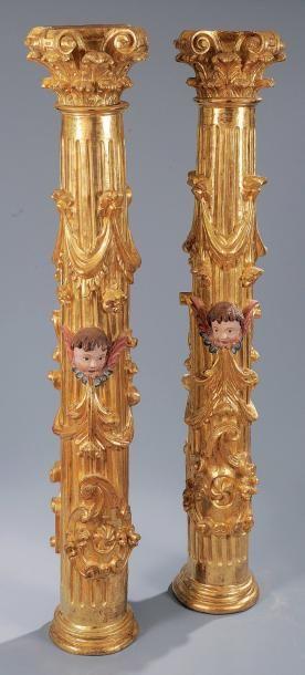 Deux colonnes d'autel en bois redoré à têtes...