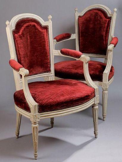 Paire de fauteuils en hêtre repeint gris...