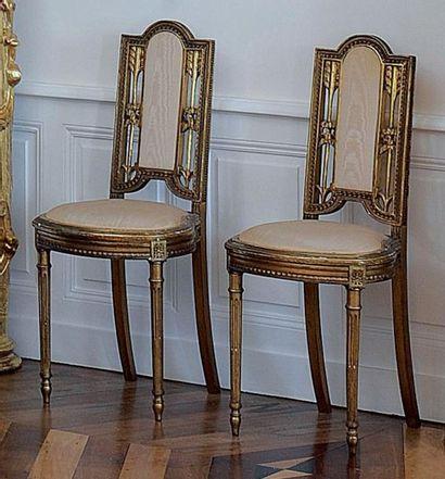 Deux petites chaises en bois doré à dossier...