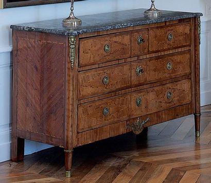 Commode ouvrant à trois tiroirs, en bois...
