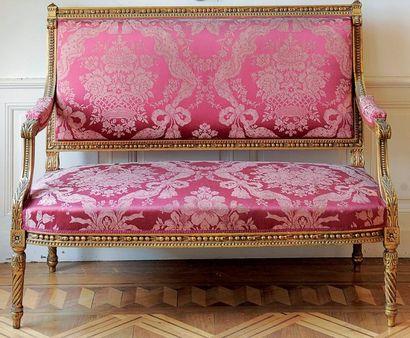 Canapé en bois doré de style Louis XVI. Haut.:...