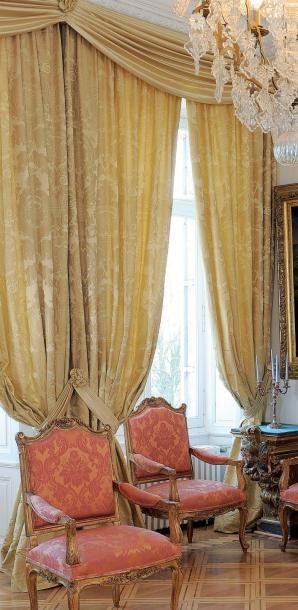 Deux paires de rideaux en damas, décor f...